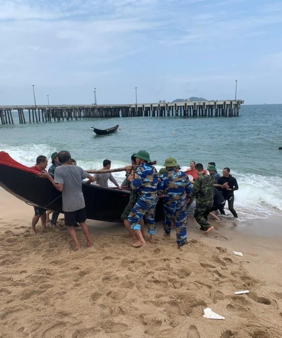 Chìm thuyền trên biển, hai ngư dân thoát nạn ảnh 1