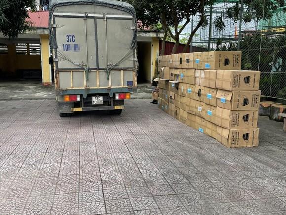 Phát hiện xe tải chở 122.500 khẩu trang không rõ nguồn gốc xuất xứ ảnh 1
