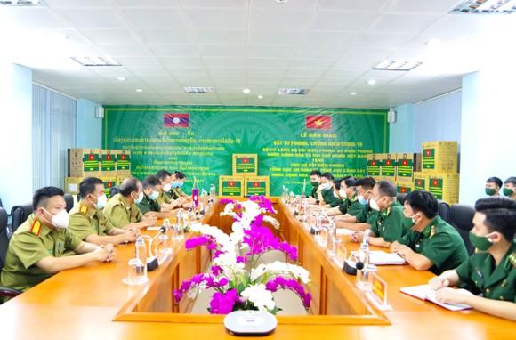 Hỗ trợ vật tư y tế, nhu yếu phẩm cho lực lượng quản lý, bảo vệ biên giới nước bạn Lào ảnh 1