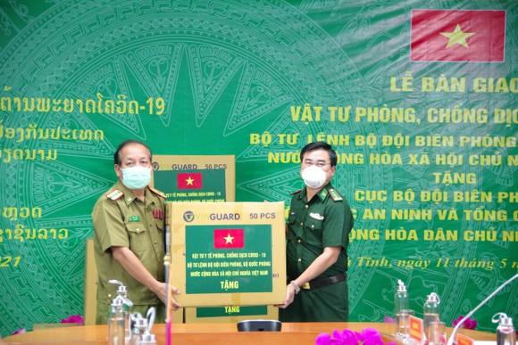 Hỗ trợ vật tư y tế, nhu yếu phẩm cho lực lượng quản lý, bảo vệ biên giới nước bạn Lào ảnh 2