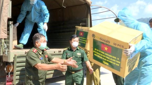 Hỗ trợ vật tư y tế, nhu yếu phẩm cho lực lượng quản lý, bảo vệ biên giới nước bạn Lào ảnh 5