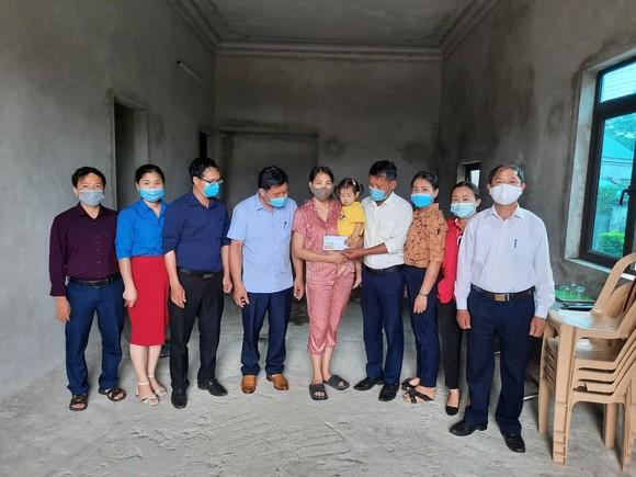 Trao 41,6 triệu đồng của bạn đọc Báo SGGP cho hai gia đình khó khăn ở Hà Tĩnh ảnh 1