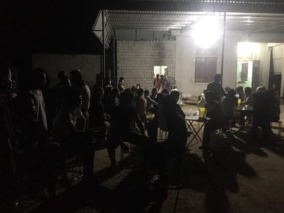 Người dân và chính quyền địa phương đến thăm hỏi và cùng gia đình lo hậu sự cho 2 cháu
