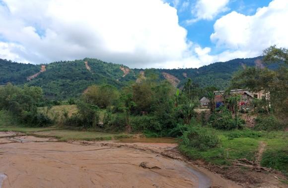 Nhiều hộ dân sống bất an gần dưới chân núi sạt lở ảnh 4