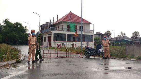 Lực lượng chức năng tiến hành phong tỏa khu vực liên quan