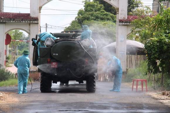 Quân khu 4 điều động lực lượng phun khử khuẩn các khu vực ở TP Hà Tĩnh ảnh 9