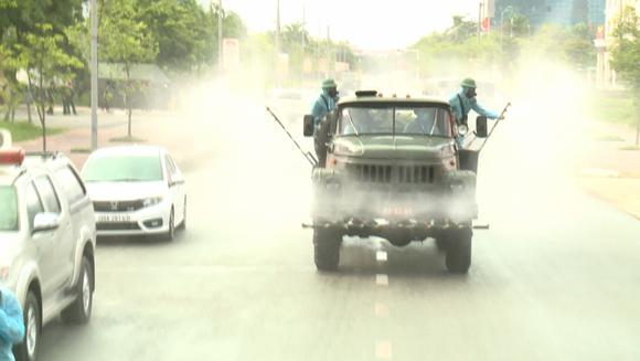 Quân khu 4 điều động lực lượng phun khử khuẩn các khu vực ở TP Hà Tĩnh ảnh 17