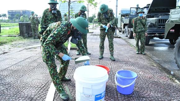 Quân khu 4 điều động lực lượng phun khử khuẩn các khu vực ở TP Hà Tĩnh ảnh 4