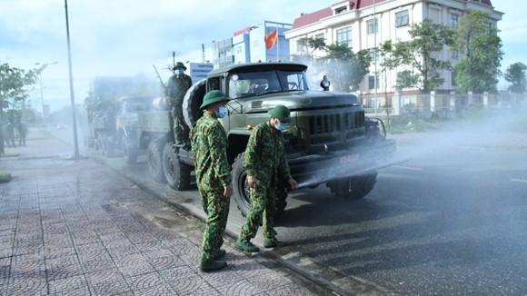 Quân khu 4 điều động lực lượng phun khử khuẩn các khu vực ở TP Hà Tĩnh ảnh 7