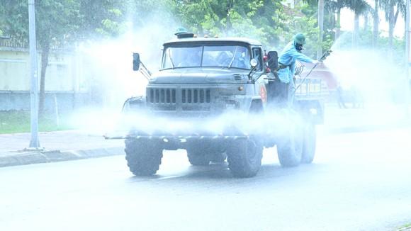 Quân khu 4 điều động lực lượng phun khử khuẩn các khu vực ở TP Hà Tĩnh ảnh 18