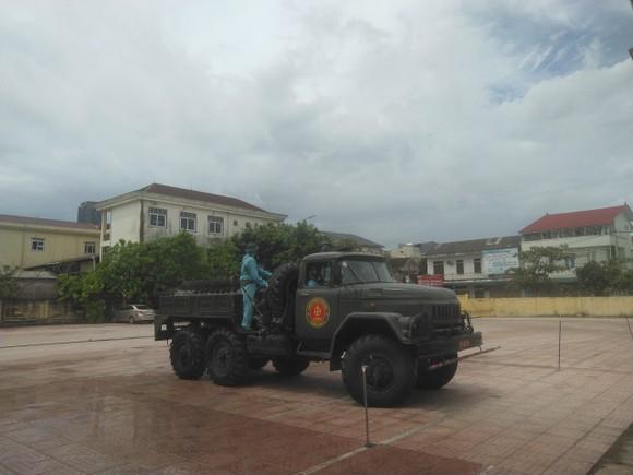 Quân khu 4 điều động lực lượng phun khử khuẩn các khu vực ở TP Hà Tĩnh ảnh 11