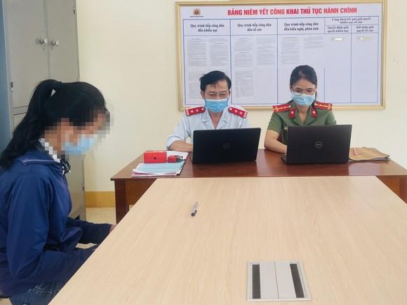 Cơ quan chức năng làm việc với T.T.N.A. Ảnh: Công an Hà Tĩnh cung cấp