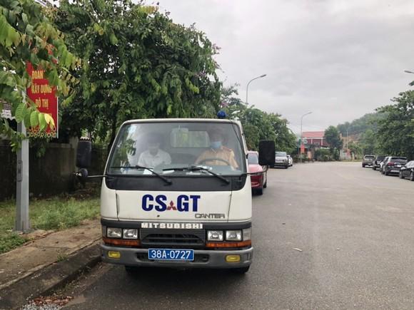 Cảnh sát giao thông kịp thời hỗ trợ 1 thí sinh đến nhầm điểm thi ảnh 1