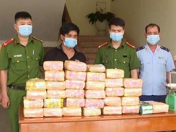 Hà Tĩnh: Bắt giữ đối tượng vận chuyển 31kg ma túy, 12.000 viên hồng phiến ảnh 1