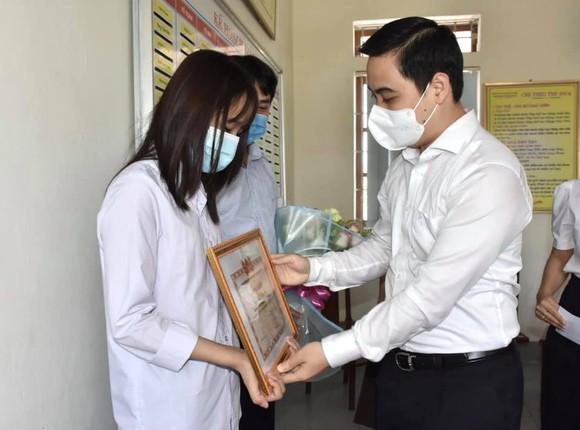 Bí thư Tỉnh đoàn Hà Tĩnh Lê Thành Đông trao bằng khen cho em Võ Thị Kim Anh