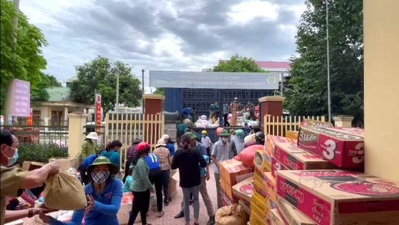 Người dân miền núi Hà Tĩnh tiếp tục quyên góp gần 120 tấn hàng hóa ủng hộ TPHCM và các tỉnh phía Nam ảnh 17