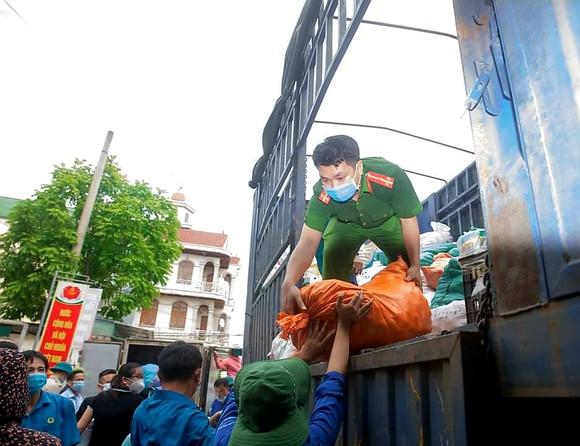 Người dân miền núi Hà Tĩnh tiếp tục quyên góp gần 120 tấn hàng hóa ủng hộ TPHCM và các tỉnh phía Nam ảnh 12