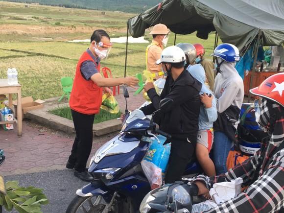 Hỗ trợ suất ăn nhanh, khẩu trang cho người dân đi xe máy từ miền Nam về quê ảnh 5