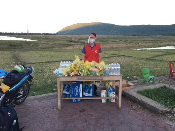 Hỗ trợ suất ăn nhanh, khẩu trang cho người dân đi xe máy từ miền Nam về quê ảnh 7