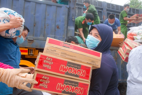 Người dân miền núi Hà Tĩnh tiếp tục quyên góp gần 120 tấn hàng hóa ủng hộ TPHCM và các tỉnh phía Nam ảnh 4