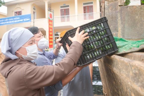 Người dân miền núi Hà Tĩnh tiếp tục quyên góp gần 120 tấn hàng hóa ủng hộ TPHCM và các tỉnh phía Nam ảnh 14