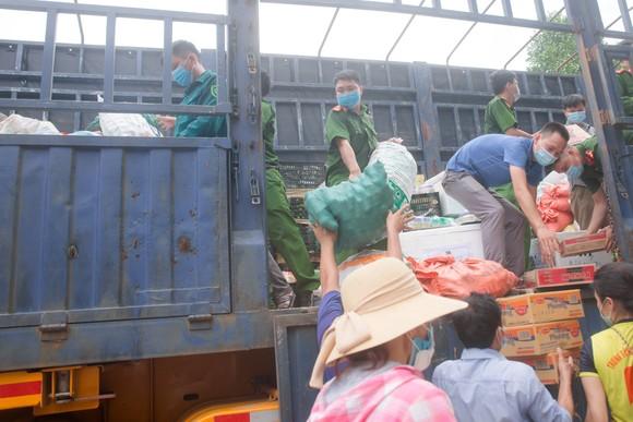 Người dân miền núi Hà Tĩnh tiếp tục quyên góp gần 120 tấn hàng hóa ủng hộ TPHCM và các tỉnh phía Nam ảnh 15