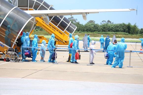 Hà Tĩnh đón gần 400 người dân từ TPHCM và các tỉnh phía Nam về quê bằng máy bay ảnh 2
