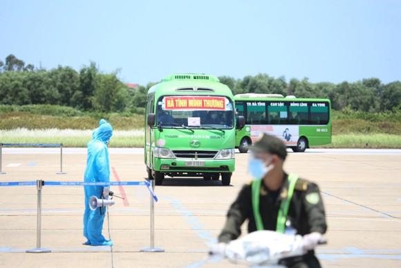 Hà Tĩnh đón gần 400 người dân từ TPHCM và các tỉnh phía Nam về quê bằng máy bay ảnh 14