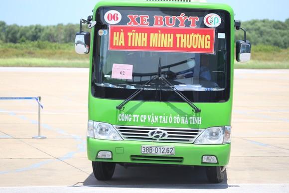 Hà Tĩnh đón gần 400 người dân từ TPHCM và các tỉnh phía Nam về quê bằng máy bay ảnh 15