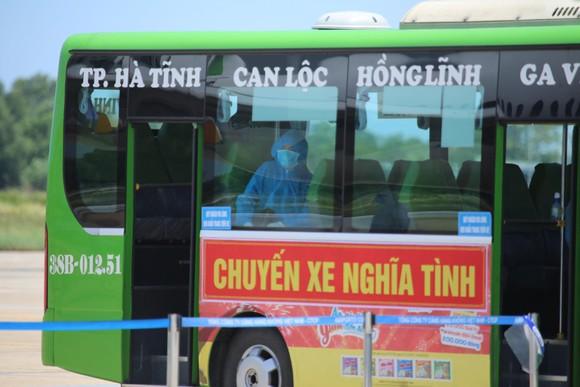Hà Tĩnh đón gần 400 người dân từ TPHCM và các tỉnh phía Nam về quê bằng máy bay ảnh 11