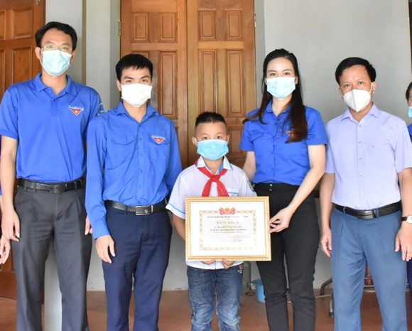 Trao bằng khen cho em Nguyễn Trần Anh Đức