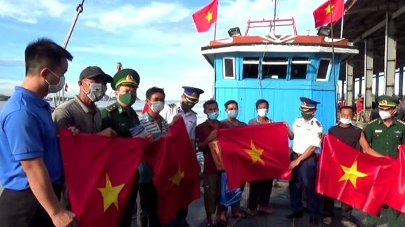 Cảnh sát biển đồng hành với ngư dân Hà Tĩnh ảnh 1