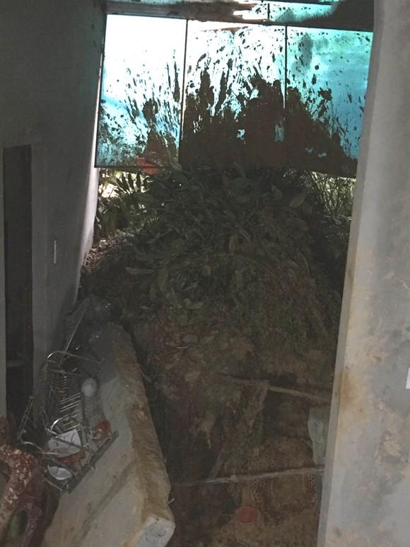 Hà Tĩnh: Sạt lở đất đồi làm sập tường nhà dân, 1 cháu bé bị gãy chân ảnh 2