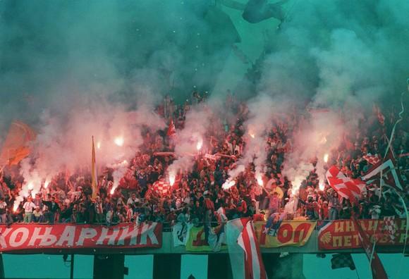 Bầu không khí dữ dội quen thuộc mà người hâm mộ Sao đỏ tạo ra trên khán đài sân Rajko Mitic. Ảnh: Getty Images
