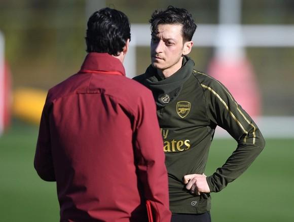 Mesut Oezil đang dần thấy tương lai ở Arsenal khép lại. Ảnh: Getty Images