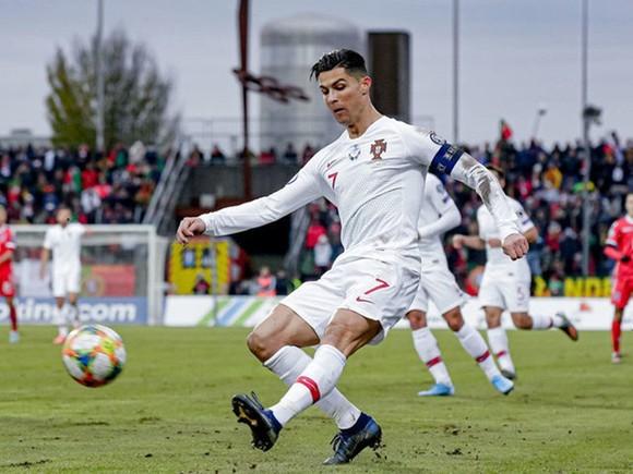 Mặt sân xấu và thể trạng không tốt đã ngăn Cristiano Ronaldo không thể ghi nhiều hơn 1 bàn. Ảnh: Getty Images