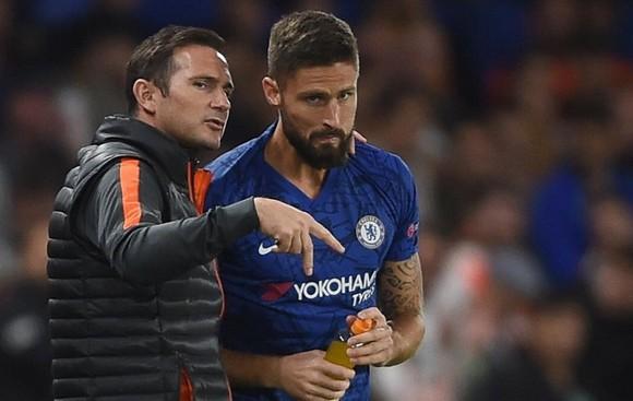 """HLV Frank Lampard bị """"trói"""" trên thị trường, đành phải giữ lại Olivier Giroud. Ảnh: Getty Images"""
