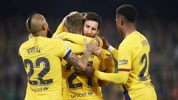 Real thắng dễ trên ngôi đầu, Messi giải cứu Barca ảnh 1