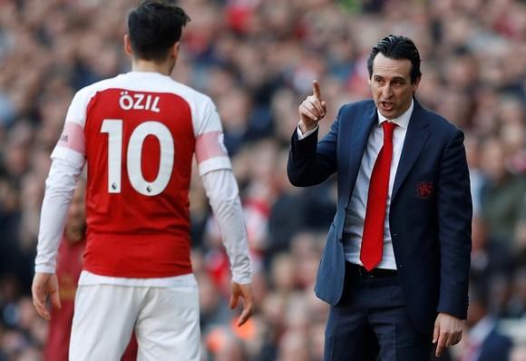 HLV Unai Emery tin nhiệm kỳ của ông tại Arsenal sẽ khác nếu Mesut Oezil khác đi. Ảnh: Getty Images