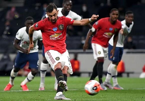 Bruno Fernandes sút phạt đền gỡ hòa 1-1 cho Man.United. Ảnh: Getty Images