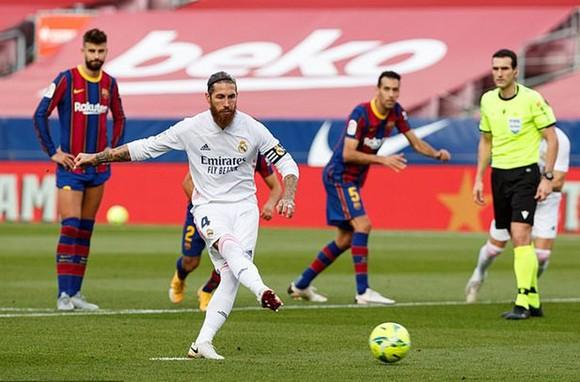 Sergio Ramos sút thắng quả phạt đền mang tính bước ngoặt. Ảnh: Getty Images