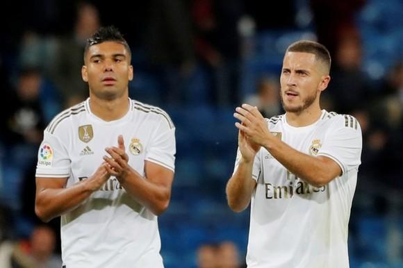 Eden Hazard (phải) và tiền vệ Casemiro dương tính Covid-19.