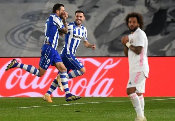 Real Madrid tiếp đà sa sút khi thất bại 1-2 trước Alaves ngay trên sân nhà.