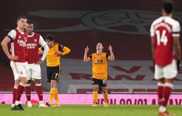 Cầu thủ Arsenal thất vọng trước niềm vui của đội khách Wolves.