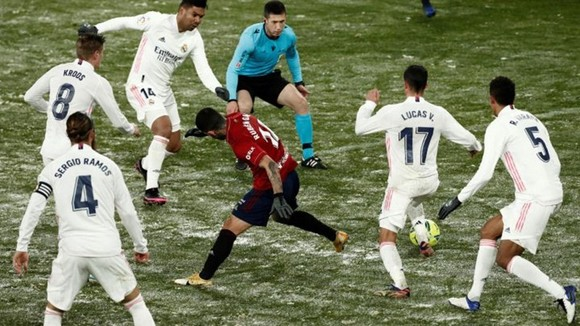 Trận Atletico hoãn, Real chỉ hòa, Messi ghi cú đúp thứ 2 liên tiếp giúp Barca bám đuổi ảnh 1