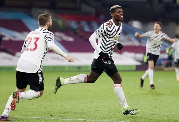 Paul Pogba mừng bàn thắng duy nhất đưa Man.United lên ngôi đầu. Ảnh: Getty Images