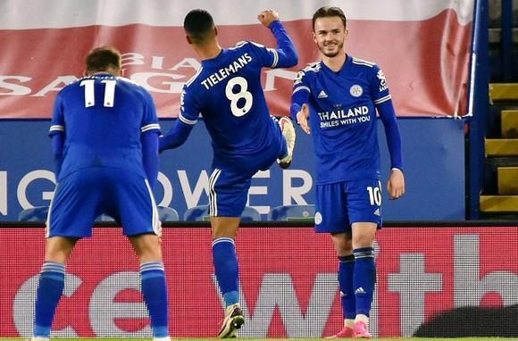 Chelsea tìm lại chiến thắng, Leicester lên nhì bảng ảnh 1