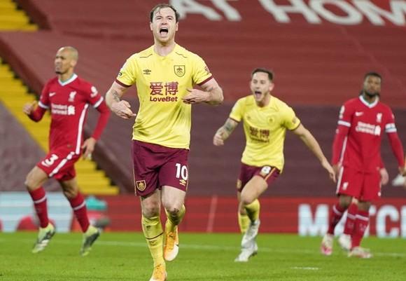 Ashley Barnes ghi bàn giúp Burnley thắng tại Liverpool lần đầu tiên sau gần nửa thế kỷ. Ảnh: Getty Images