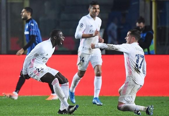 Ferland Mendy (trái) ăn mừng bàn thắng quý giá cho Real. Ảnh: Getty Images