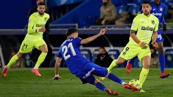 Atletico bị Getafe cầm chân, Benzema lập cú đúp cứu Real ảnh 1
